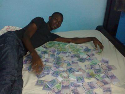 Un brouteur d'Abidjan avec son butin