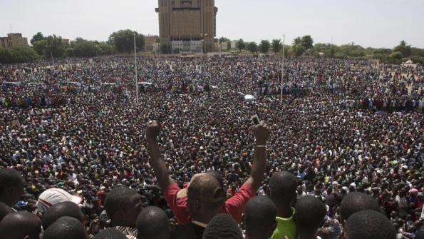 La foule Burkinabè sur la place de la Nation à Ouagadougou, le 31 octobre 2014. REUTERS/Joe Penney