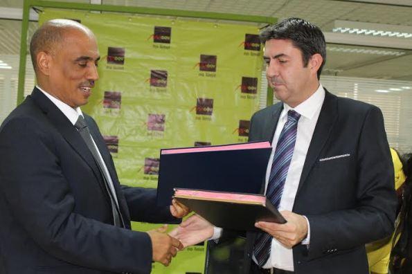 Les Directeurs Généraux de MOOV CI (à gauche) et de CANAL + ont signé le protocole d'accord.